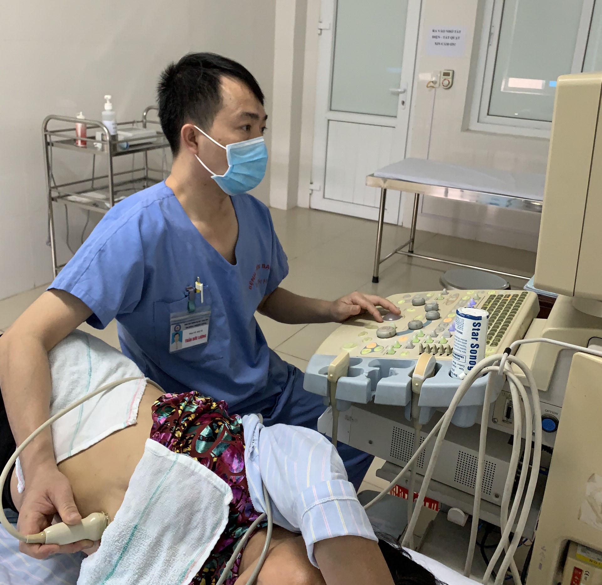 ThS. BS Trần Đức Lượng đang thực hiện kỹ thuật siêu âm tim cho bệnh nhân Khoa Tim mạch